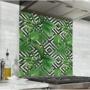 Fond de hotte avec fond géométrique noir et blanc et feuilles tropicales vertes