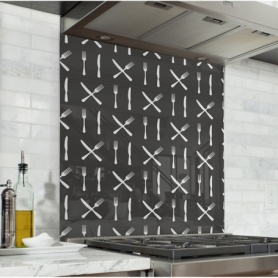 Fond de hotte noir avec couverts de cuisine