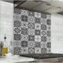 Fond de hotte effet carreaux de ciment noir et blanc