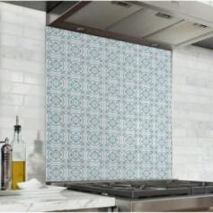 Fond de hotte effet carreaux de ciment bleu clair et blanc