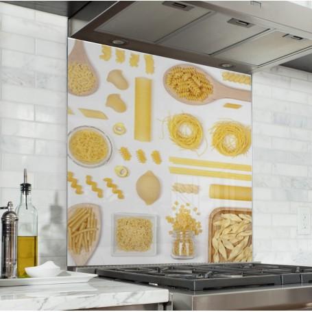 Fond de hotte blanc avec assortiment de pâtes jaunes