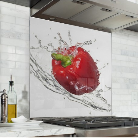 Fond de hotte blanc avec éclaboussures d'eau et poivron rouge au centre