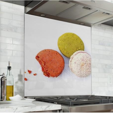 Fond de hotte blanc avec trio de macarons framboise, vanille et pistache