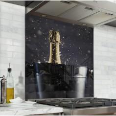 Fond de hotte noir avec seau à champagne et bouteille