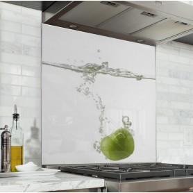 Fond de hotte blanc avec pomme plongée dans l'eau