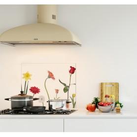 Crédence de cuisine blanche avec décoration florale