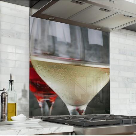Fond de hotte avec verres de vin blanc, rosé et rouge