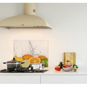 Crédence de cuisine blanche avec fruits frais agrumes : orange, citron vert et citron jaune