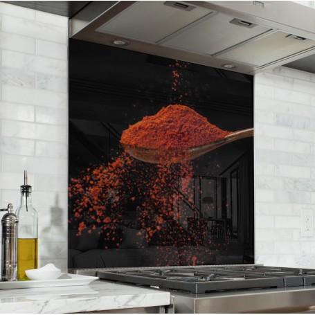 Fond de hotte noir avec cuillère de paprika rouge