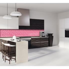Crédence de cuisine rose avec motifs framboises