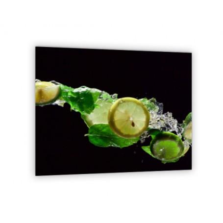 Crédence de cuisine noire avec rondelles de citron et feuilles de menthe