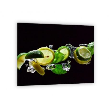 Crédence de cuisine noire avec ingrédients mojito : citron jaune, vert et feuilles de menthe