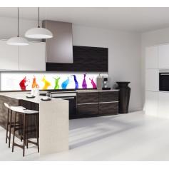 Crédence de cuisine blanche avec déclinaison de couleurs arc-en-ciel