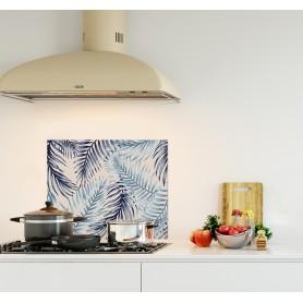 Crédence de cuisine blanche avec fougères bleues