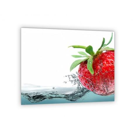 Crédence de cuisine blanche avec fraise rouge plongée dans l'eau
