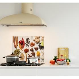 Crédence de cuisine blanche avec assortiment d'épices