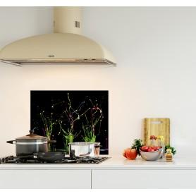 Crédence de cuisine noir avec éclaboussures de peintures vertes et rouges
