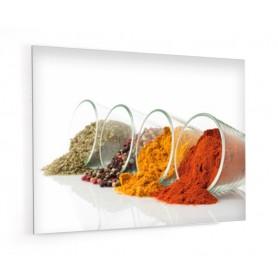 Fond de hotte blanc avec verres d'épices orange, jaune, marron, vert